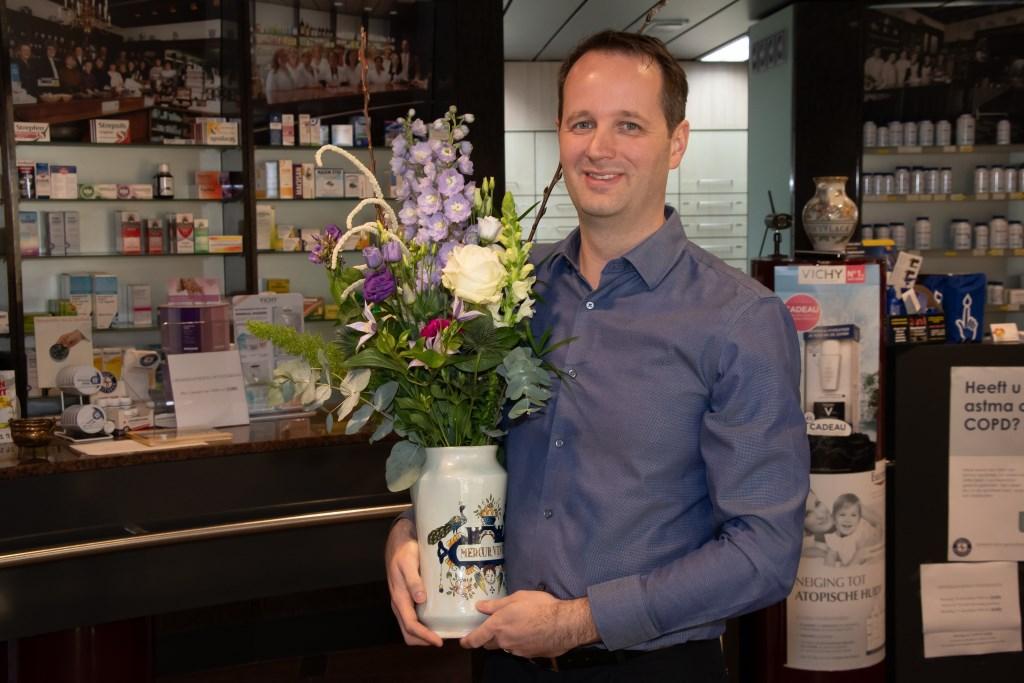 Apotheker Armbrust werd door zijn collega's in de bloemen gezet. Foto: PR © Enter Media