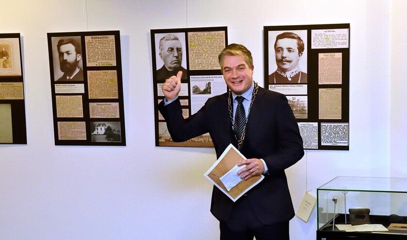 Burgemeester Boog opende de tentoonstelling over zijn voorgangers in Diemen.