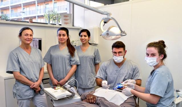 Bronwyn Brouwer (links) en een deel van het team van Mondhygiënistplus-tandarts.