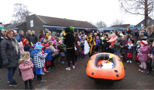 Sinterklaas kwam op De Terp met een roeiboot.
