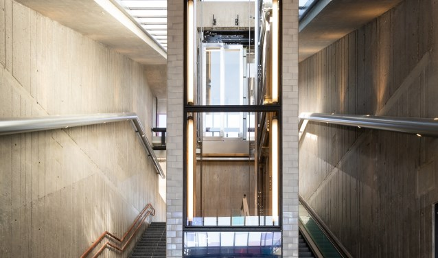 De liftschacht met glas maakt het lichter.