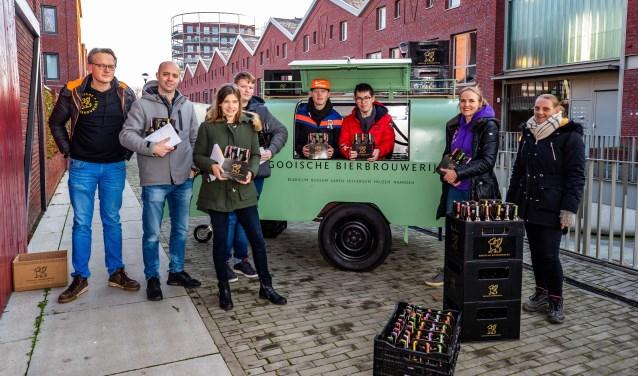 De vier leerlingen samen met De Jager en vertegenwoordigers van de bierbrouwerij.