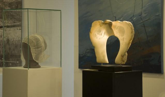 Met het plaatsen van het beeld 'Isabee' van Michiel Linders (rechts) werd de tentoonstelling geopend.