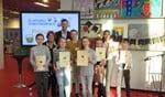 De deelnemers aan de kwartfinale samen met de jury en winnares Keetje (gestreepte trui).