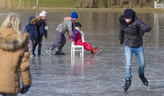 Kinderen kunnen al schaatsen op de Meentweide die opgespoten is.