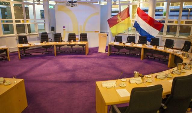 De Huizer en Nederlandse vlag sieren vanaf vandaag de raadszaal.