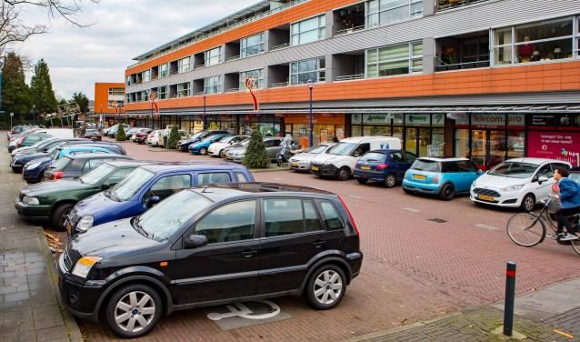 Het parkeerterrein pal voor het winkelcentrum.