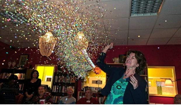 Wethouder Janny Bakker moest een ballon met confetti en een tijdschrift doorprikken.
