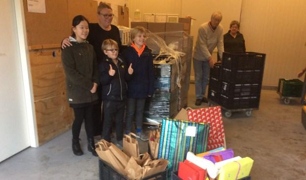 Een aantal leerlingen overhandigd de knutselpakketten aan de voedselbank.