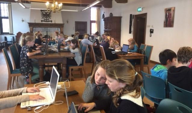 Deelnemers vol overgave hun verhaal aan het schrijven.