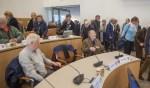 De stoelen in de gemeenteraad uittesten.