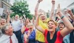 Klaas Dijkstra (geel shirt) gaat samen met duizenden Leeuwarders uit zijn dak bij het horen van de uitslag.