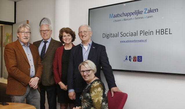 Wethouders Ben Lüken, Leen van der Pols, Janny Bakker, Jan den Dunnen en Marianne Verhage tijdens de presentatie van het vernieuwde Digitaal Sociaal Plein HBEL.