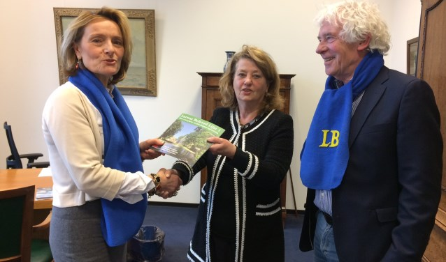 Karin van Hunnik overhandigt - in het bijzijn van Peter Calis - het eerste Larens Behoud-magazine aan burgemeester Rinske Kruisinga.