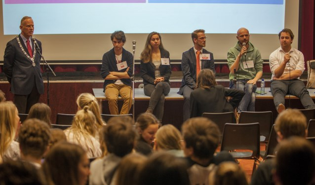 Verkiezingsdebat op het Goois Lyceum met burgemeester en vijf jonge politici