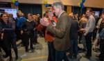 De twee grootste partijen in Hilversum zijn Hart voor Hilversum en D66. Lijsttrekkers Karin Walters en Wimar Jaeger dansen samen in de Burgerzaal.