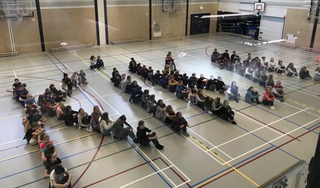 De leerlingen vormden al eerder ter gelegenheid van de actie het woord KiKa in de gymzaal.