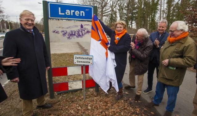 Johan de Bondt (l), Désirée Niekus en andere VVD-leden bij de onthulling van het bord.
