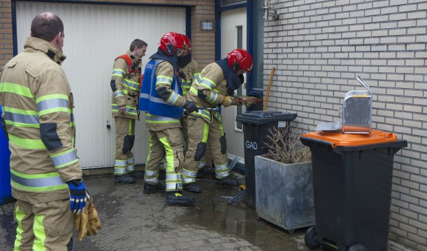 De brandweer moest een raam inslaan om de kraan dicht te kunnen draaien.