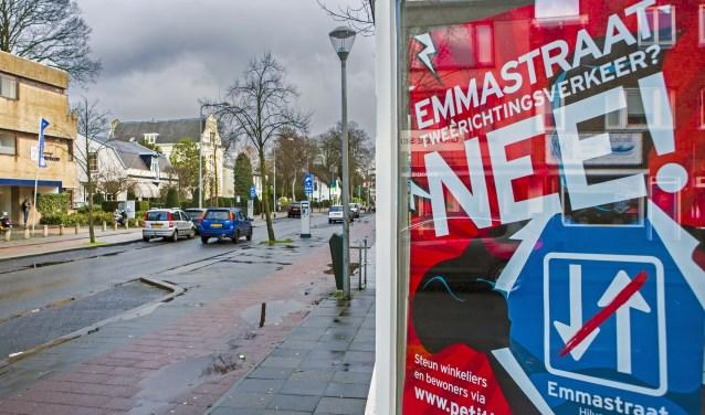 De Nee-posters komen weer tevoorschijn op de Emmastraat.