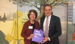 Wethouder Janny Bakker overhandigde vorige week het boek al aan minister Hugo de Jonge.