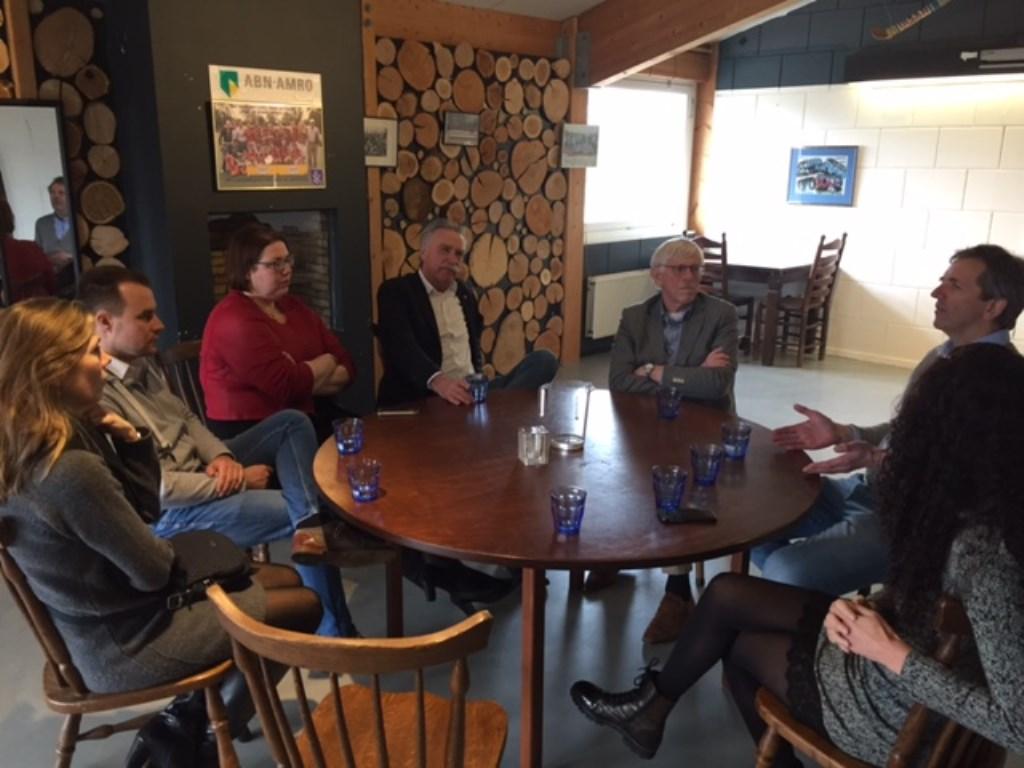 Statenleden in gesprek met de voorzitter van de Larense hockeyclub.