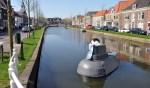 De duikboot is tijdelijke reclame voor de expositie in het Museum Weesp over onze stad aan het water. Op de achtergrond de bootjes aan de kade waar nu discussie over is.