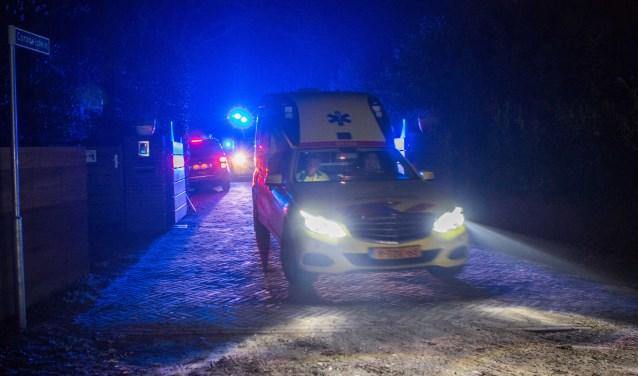 De ambulance verliet met hoge snelheid het terrein.