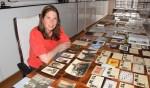 Annette Oudejans bij alle materiaal die ze in de loop van anderhalf jaar heeft weten te verzamelen.