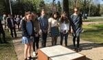 Leerlingen van Laar en Berg staan stil bij het monument aan het Jan Reitsemaplantsoen.