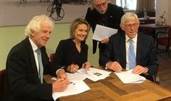 V.l.n.r.: Peter Calis (LB), Karin van Hunnik (LB), formateur Leo Janssen  en Ton Stam (VVD).