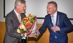 Paul Verbeek kreeg ook nog bloemen van burgemeester Sicko Heldoorn.