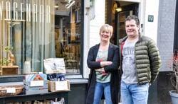 Lieke en Frank Wagenaar voor hun winkel.