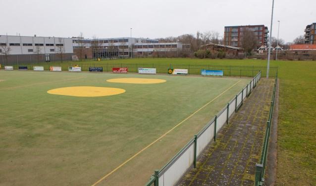 Een deel van het sportveld wordt opgeofferd voor de nieuwbouw van het Erfgooierscollege.