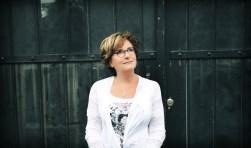 Catherine Keyl staat met gasten uit Naarden op de planken in deMess.