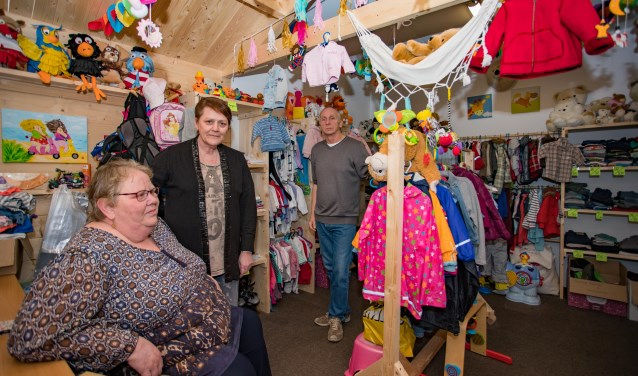 Van linksaf: Jennie en Carin van Heelo Baby en Kinder met op de achtergrond Jan Boonstra zien de voordelen van de samenwerking.