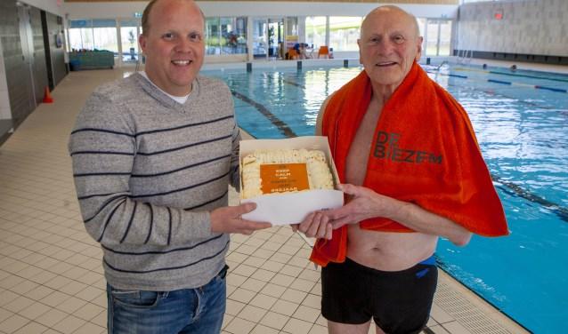 Jan Velthuis (r) kreeg van De Biezembedrijfsleider Rick een lekkere taart.