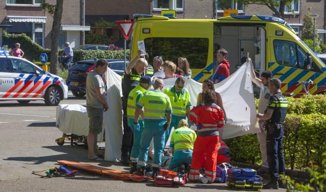 Ambulancemedewerkers en de trauma-arts ontfermen zich over het slachtoffer.
