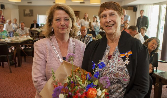 Burgemeester Rinkse Kruisinga en de net onderscheiden Arletta Splinter.