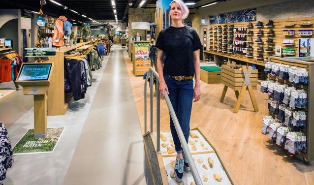 Anita Vedder binnen het 700 vierkante meter grote filiaal van Bever.