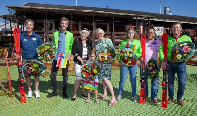 Een aantal skiërs met wethouders Anne-Marie Kennis en Marianne Verhage.
