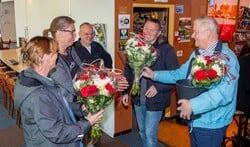 Van links naar rechts: redders Kitty, Sasha en Wilfried krijgen een bloemetje van Derk Jan en Karel.