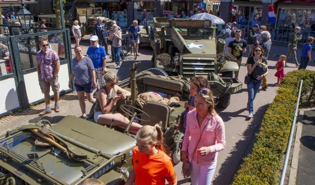 De oude legervoertuigen stonden vanmiddag in en rondom Winkelcentrum Oostermeent.