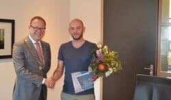 Burgemeester Van Benthem feliciteert de heer Halili met zijn Nederlanderschap.