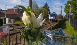 Bloemen als eerbetoon aan het overleden slachtoffer langs het spoor.