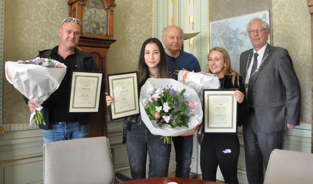 (vlnr) Jory Blum, Miuka Toele, Bart Reindersma, Zoe Timmermans en burgemeester van Bochove.