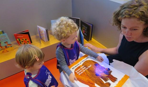 De kinderen van Poppins' kregen van de bibliotheek het boek 'Brown bear, brown bear, what do you see' cadeau.