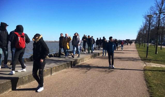 De nieuwe IJburgers bezochten IJburg reeds. Hier lopen ze op de Bert Haanstrakade.