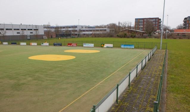 Een deel van de sportvelden mag worden 'ingepikt' om de verbouwing van de school mogelijk te maken.