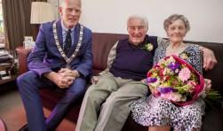 De burgemeester op visite bij het bruidspaar.